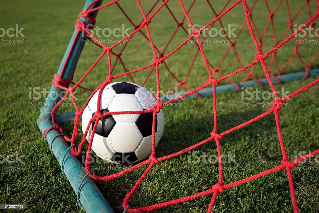 Fußball in rote Tor Tor auf grünes Gras Feld Lizenzfreies stock-foto