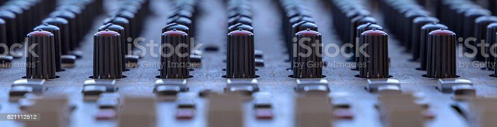 primo piano pannello controllo suono stock photo