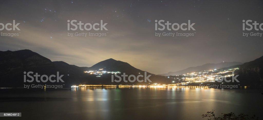 Foto notturna sul Lago di Iseo stock photo