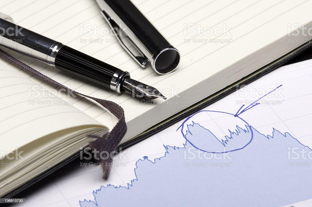 Stylo-plume sur un livre et tableau de billet photo libre de droits