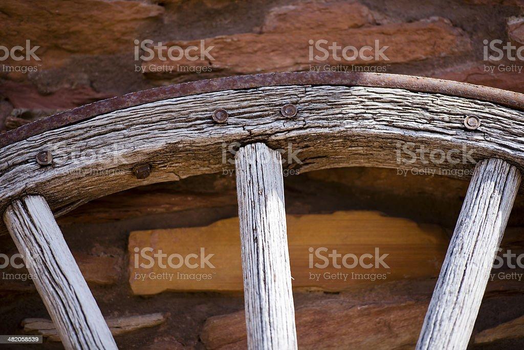 Frammento del vecchio ruota con cerchio in legno ferro foto stock royalty-free