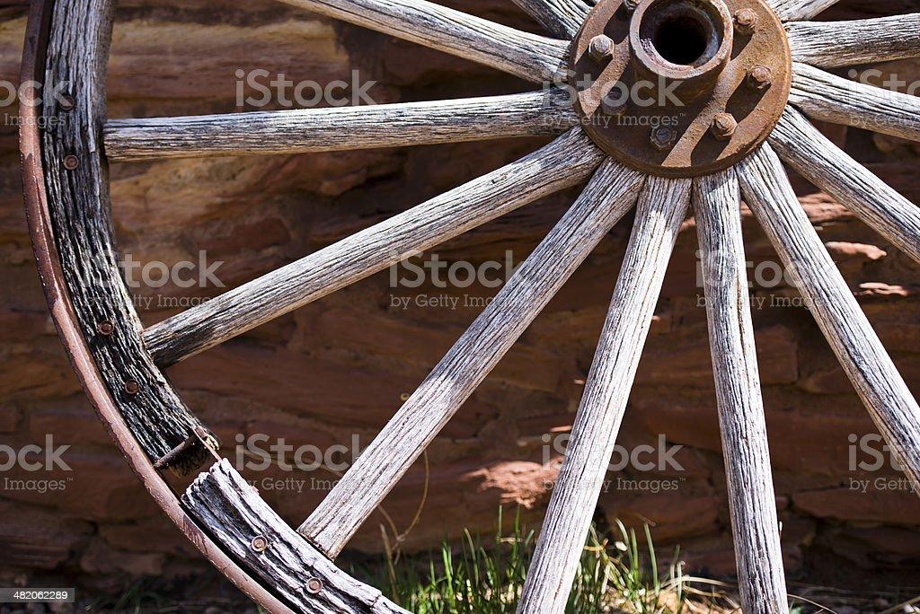 Frammento del vecchio Muro di pietra vicino a ruota foto stock royalty-free