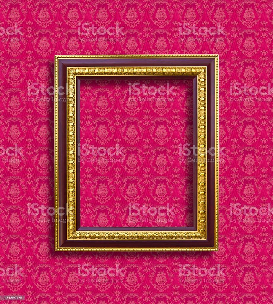 Dorato telaio di legno su carta da parati rosa foto stock royalty-free