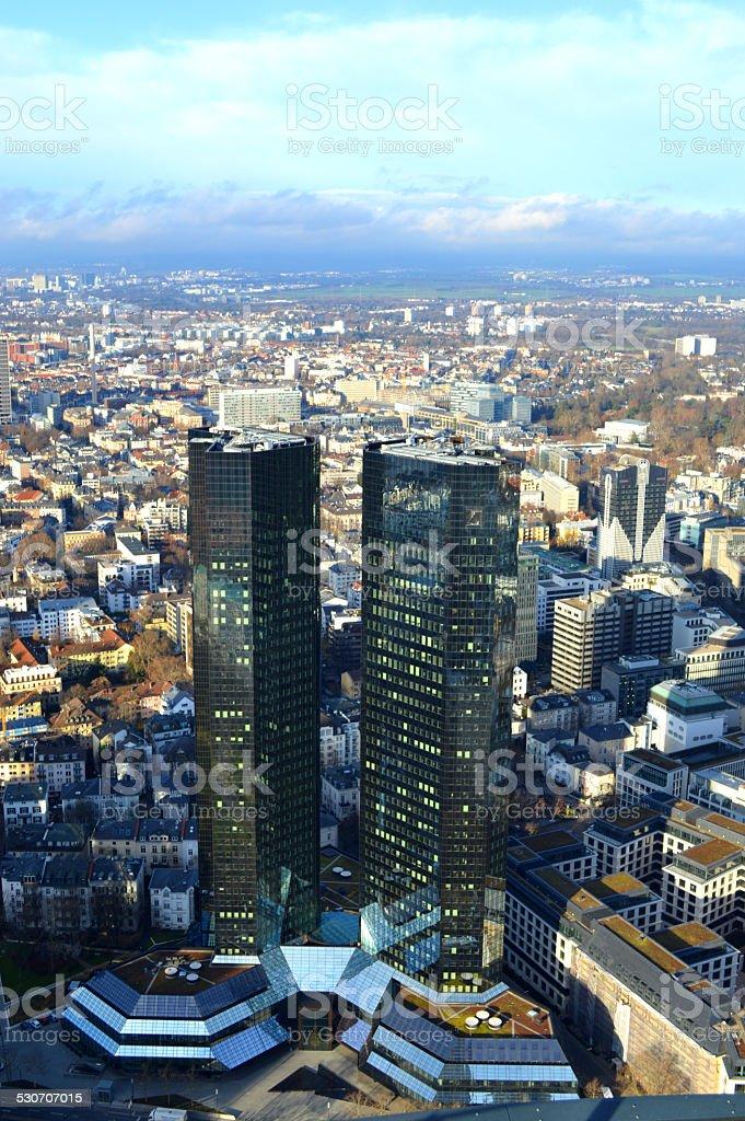 Frankfurt skycrapter tower con camas gemelas foto de stock libre de derechos