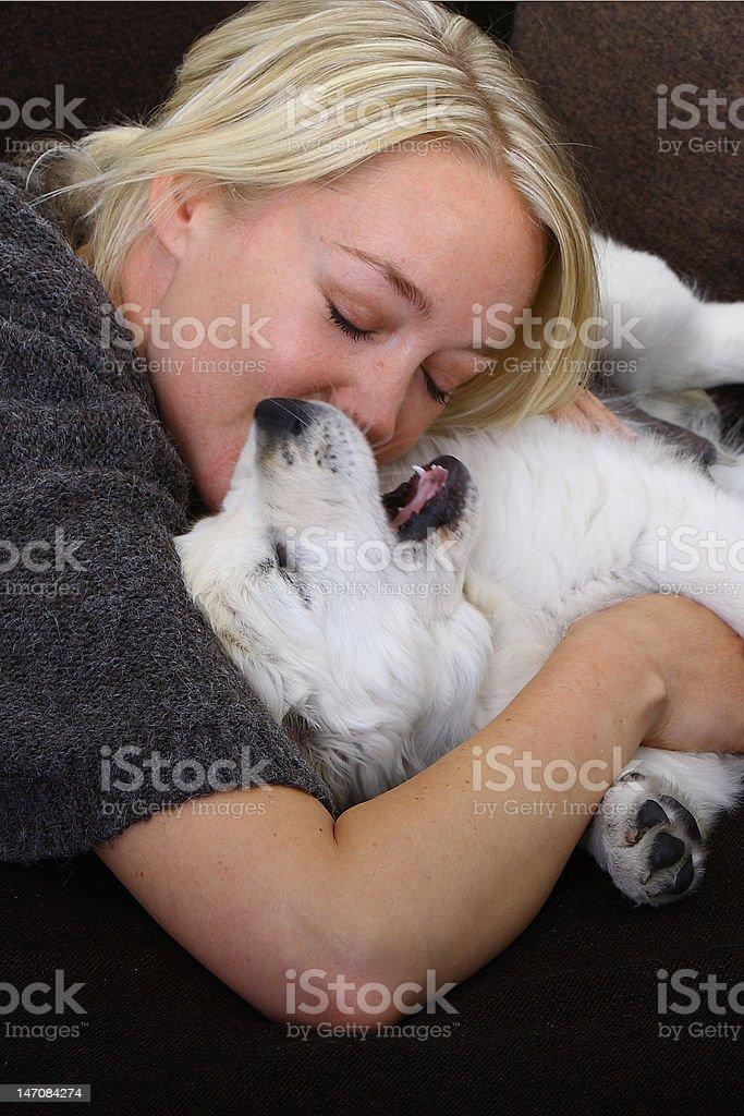 Frau mit einem Golden Retriever Welpen royalty-free stock photo