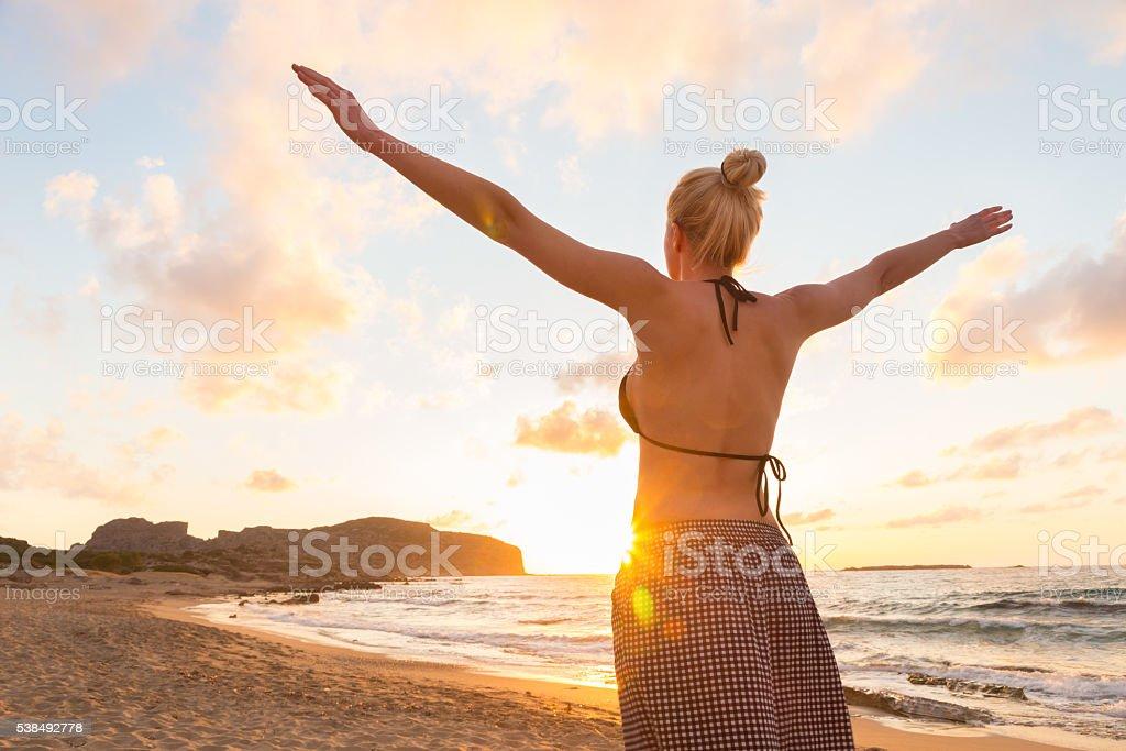 Видео ролики бесплатно женщин в возрасте на пляже фото 224-676