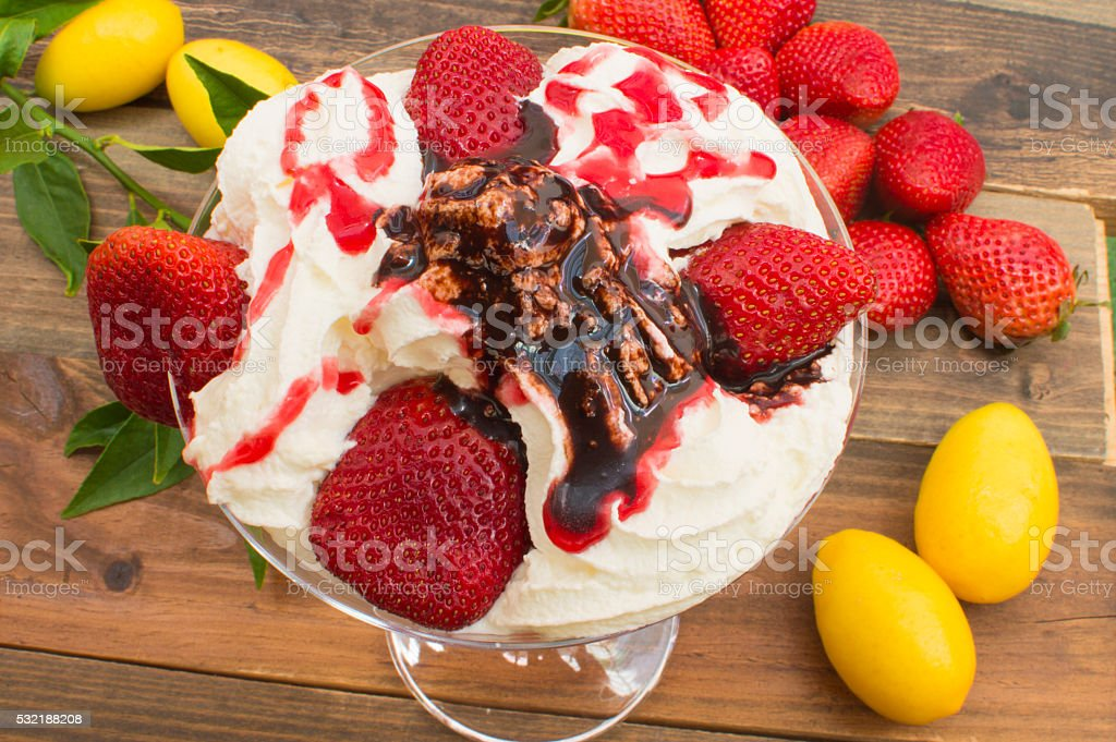 helado y fresas photo libre de droits