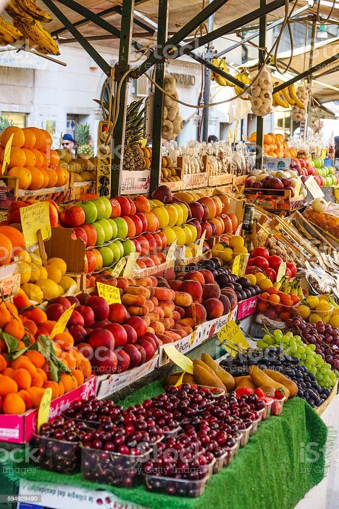 Fresh fruit market - big selection of fruits Lizenzfreies stock-foto