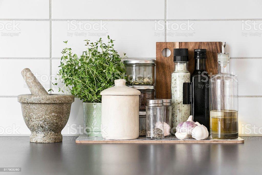 frische kräuter und gewürze die in einem klaren modernen küche ... - Frische Kräuter In Der Küche