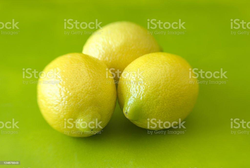 Frischen Zitronen auf lime Grün Hintergrund – Foto