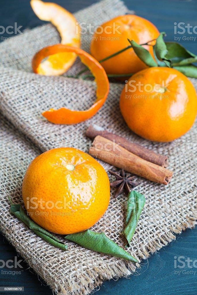 Frische Orange und Blatt auf Hanf gerüstet. Lizenzfreies stock-foto