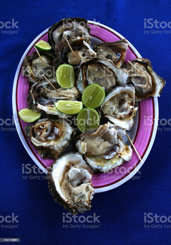 Huîtres fraîches et décontracté délicatesse photo libre de droits