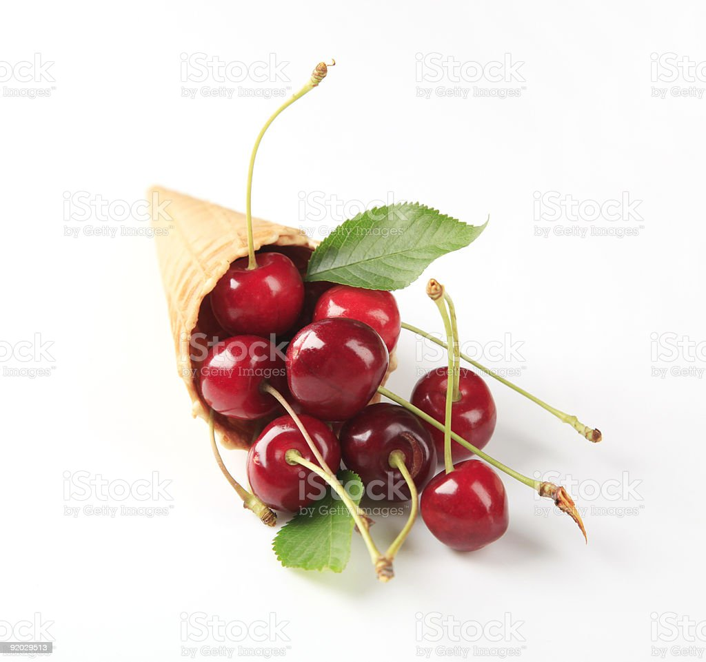 Свежие Красные вишнями в конус Стоковые фото Стоковая фотография