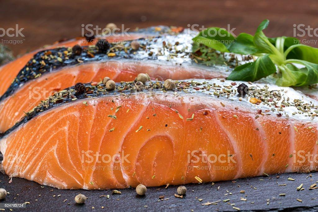 Du saumon frais assaisonné de fines herbes. photo libre de droits