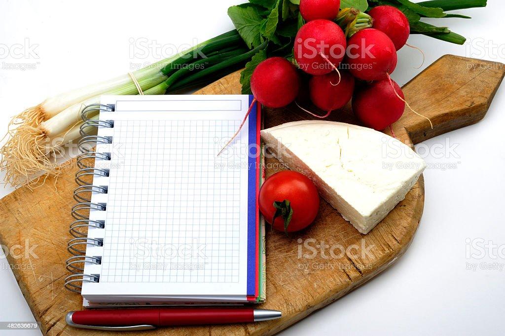 신선한 채소, 치즈 및 맹검액 레시피 책 royalty-free 스톡 사진