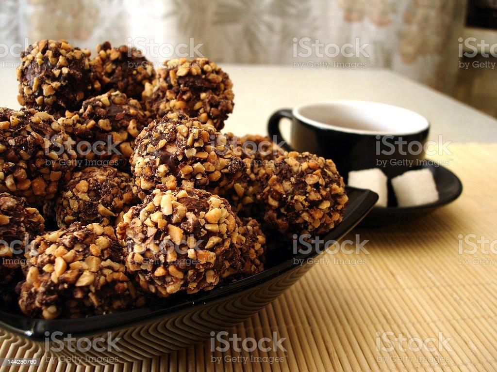 Frescas-cozido cookies em uma placa com Xícara de Café foto de stock royalty-free