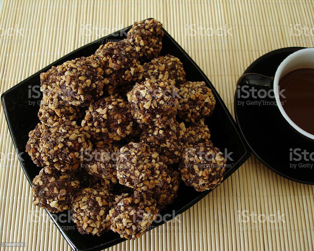 Frescas-cozido cookies de chocolate num prato foto de stock royalty-free