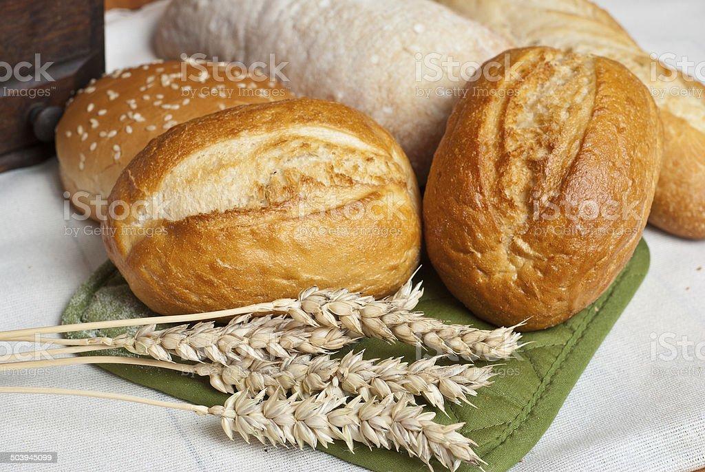 Rollos recién horneados tradicional de granos de trigo con orejas foto de stock libre de derechos