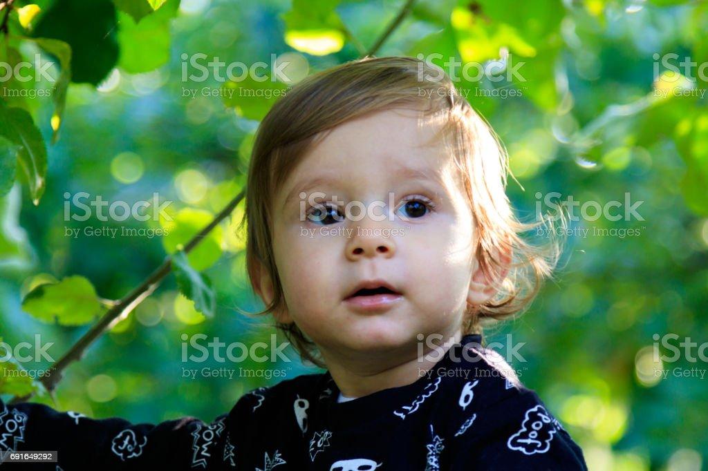 Fröhliches Kind im Garten stock photo