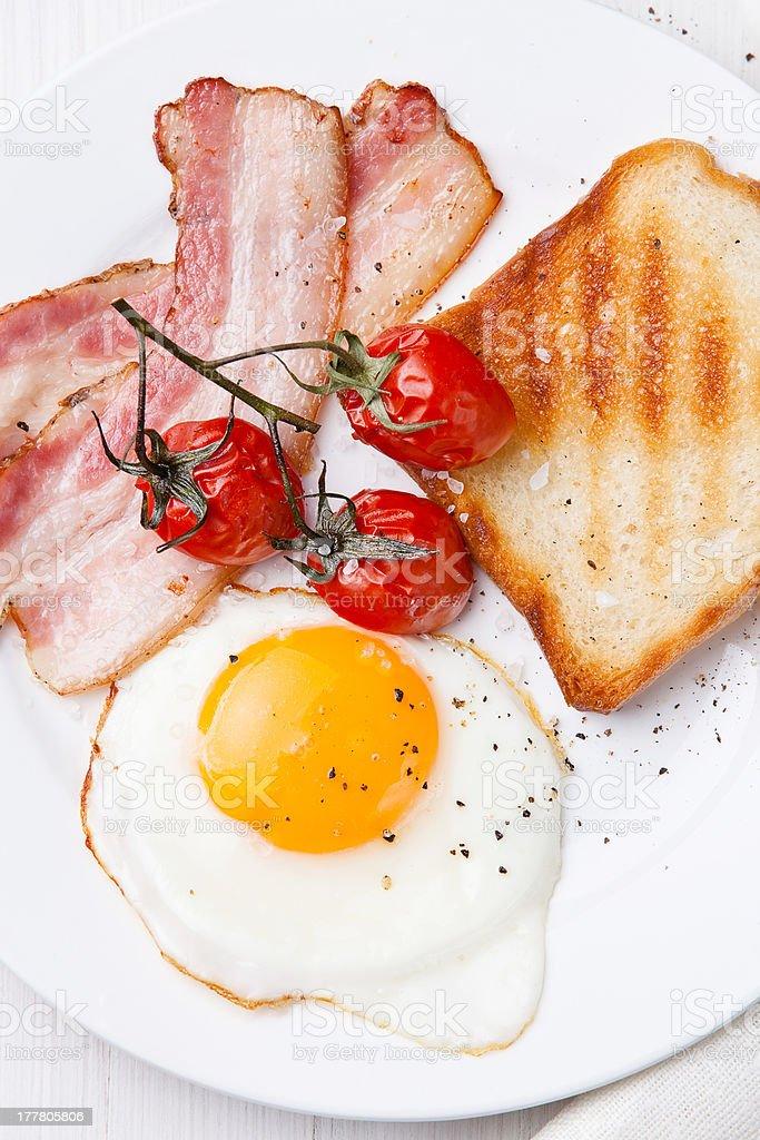 Gebratenem Ei und Speck – Foto