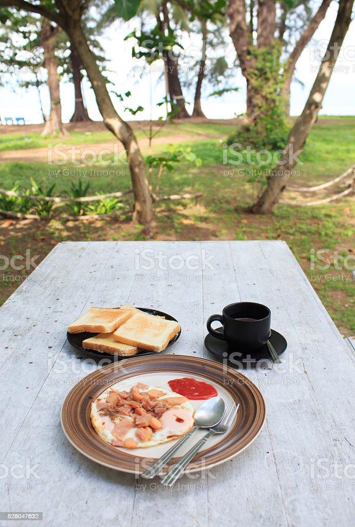 Яичница и тост и кофе на белый деревянный стол Стоковые фото Стоковая фотография
