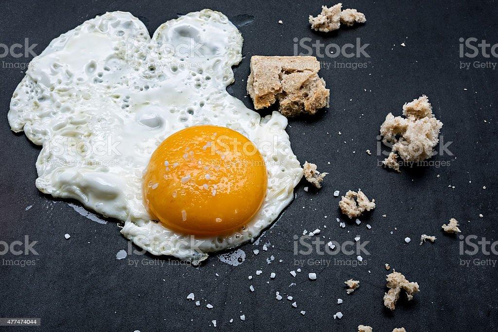 Ovo frito com sal e pão. Café-da-manhã foto royalty-free