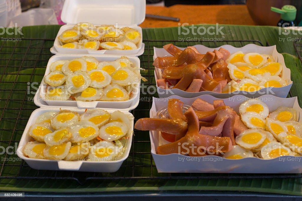 Жареный перепелиные яйца и сосиски, очень вкуснятина Стоковые фото Стоковая фотография