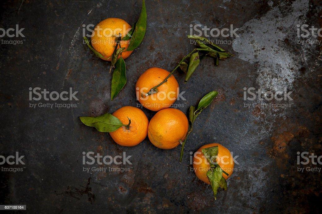 Frische Bio Mandarinen auf schwarzem Hintergrund stock photo