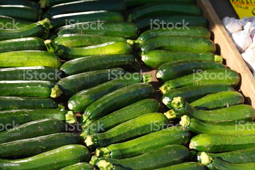 Frische grüne Minigurken auf einem Marktstand stock photo