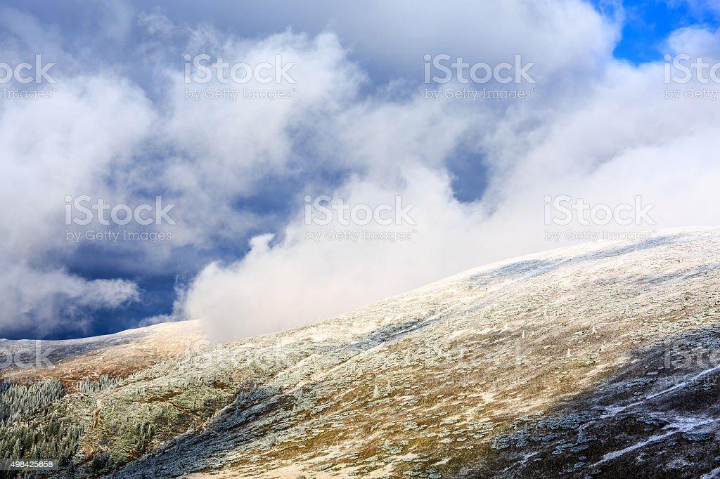 Frosty matin dans les montagnes photo libre de droits