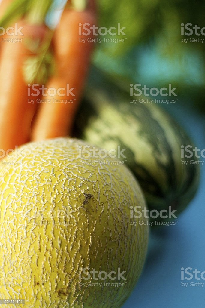 Frutta e verdura su sfondo blu foto stock royalty-free