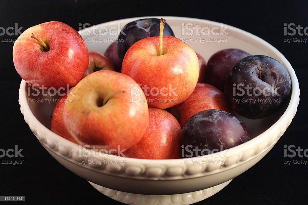 Cestino di frutta su nero foto stock royalty-free