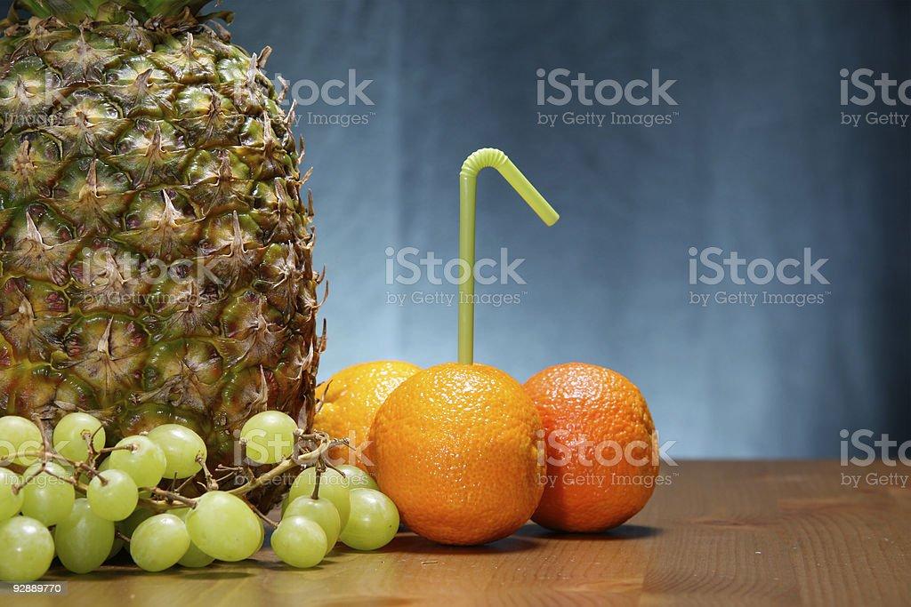 Frutos ver com a Palhinha de Beber foto de stock royalty-free