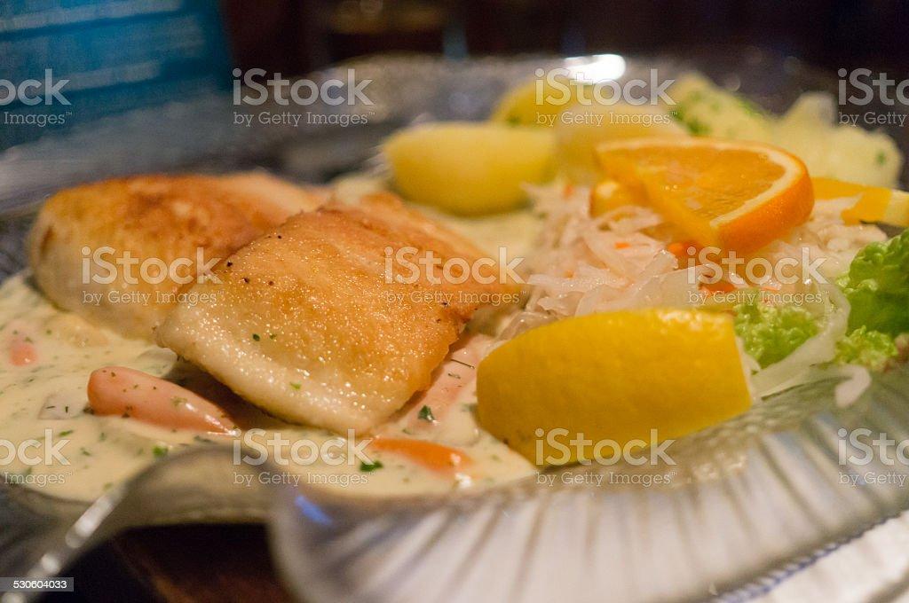 fry filetto di salmone con salsa speciali e limone foto stock royalty-free