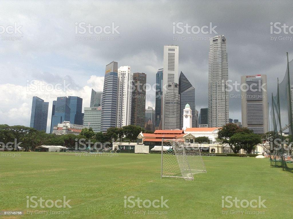 Fútbol en la ciudad stock photo