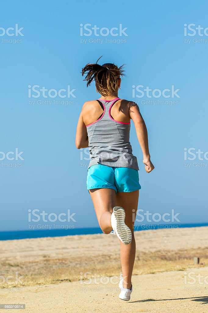 Full length rear view of female athlete running. photo libre de droits