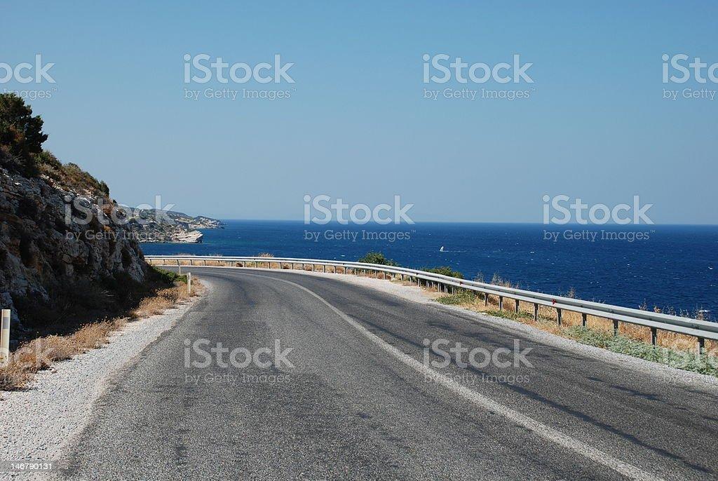 Voller verwandelt road in der Nähe der am Meer Lizenzfreies stock-foto