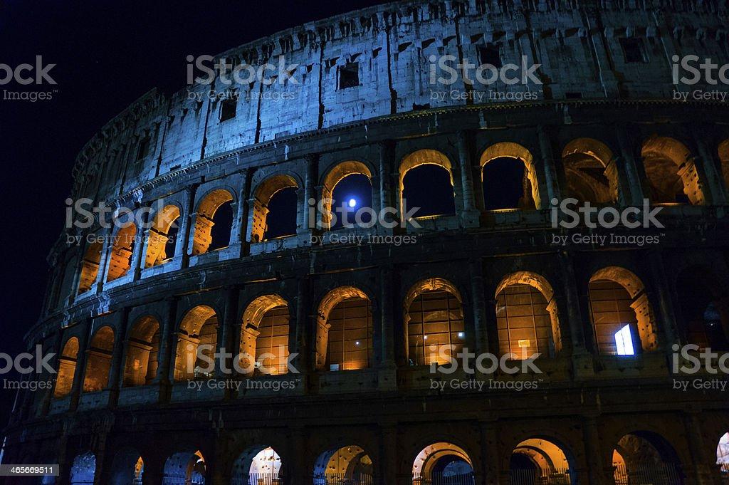Coliseo de la noche de luna completo toma foto de stock libre de derechos