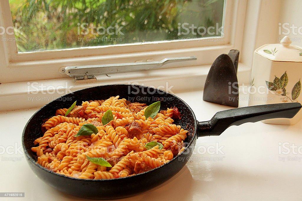 Fusilli Pasta preparata in salsa di pomodoro foto stock royalty-free