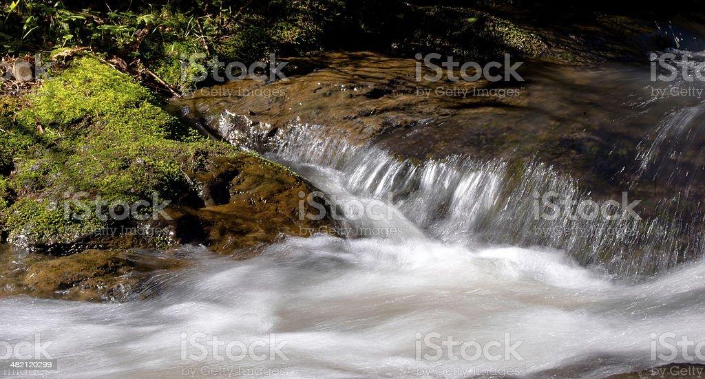 Gioco del sole nell'acqua flusso foto stock royalty-free