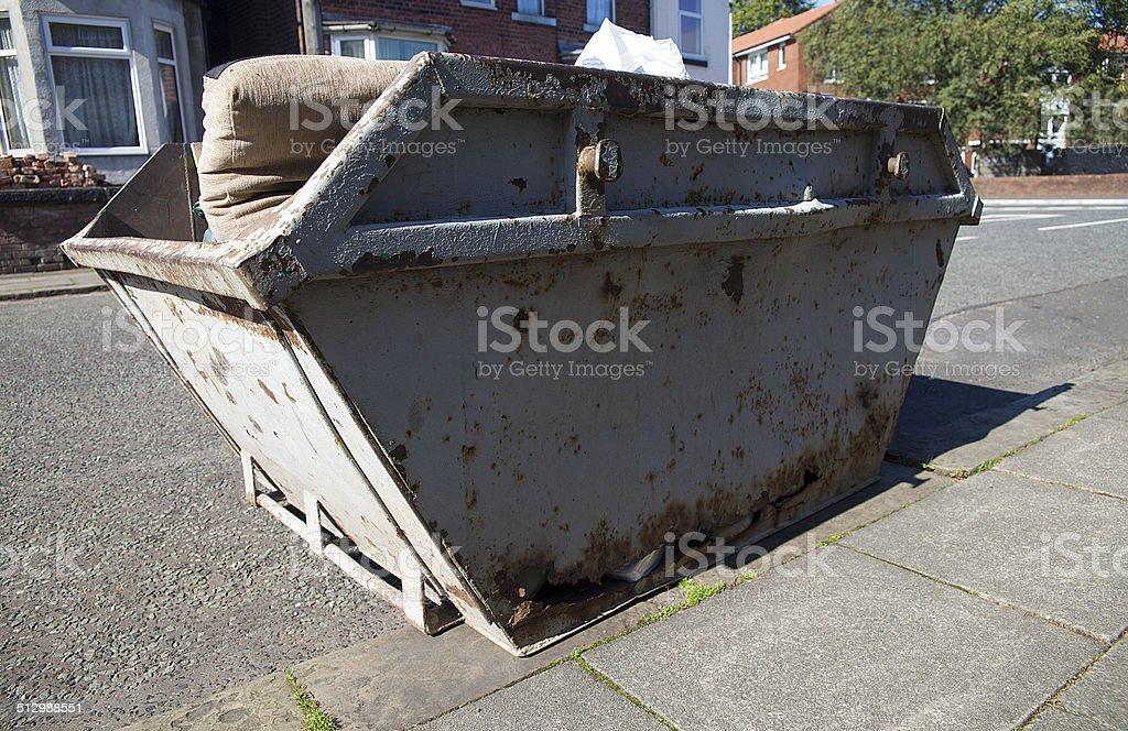 Bidone della spazzatura-costruttori skip (con clipping path) foto stock royalty-free