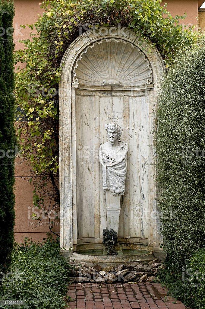 Fuente del jardín con esculturas foto de stock libre de derechos