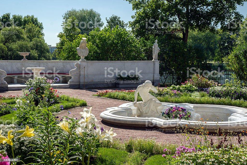 Jardim em Olga Pavllion da cidade em Peterhof foto de stock royalty-free