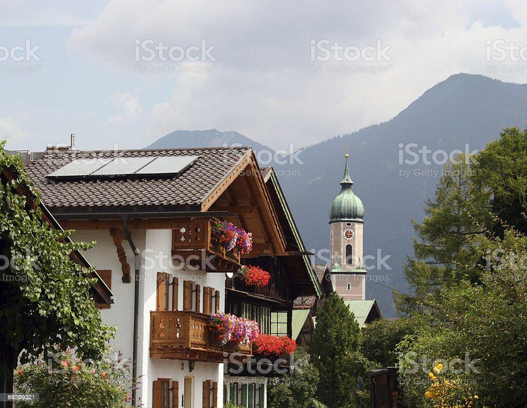Garmisch Partenkirchen in Bayern - Idylle mit Kirche & bayrischer Architektur royalty-free stock photo