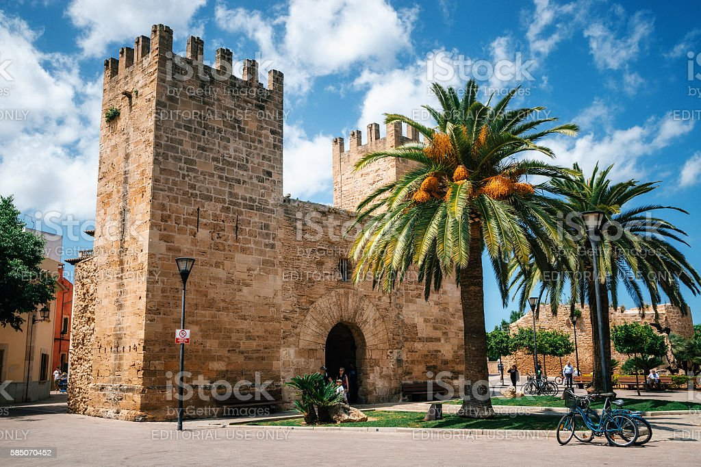 Gate of the Fortress wall of Alcudia, Mallorca стоковое фото