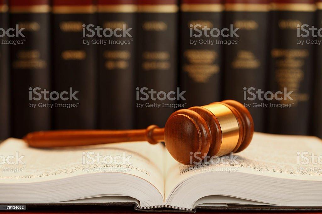 Richterhammer befinden sich auf das Gesetz Buch – Foto