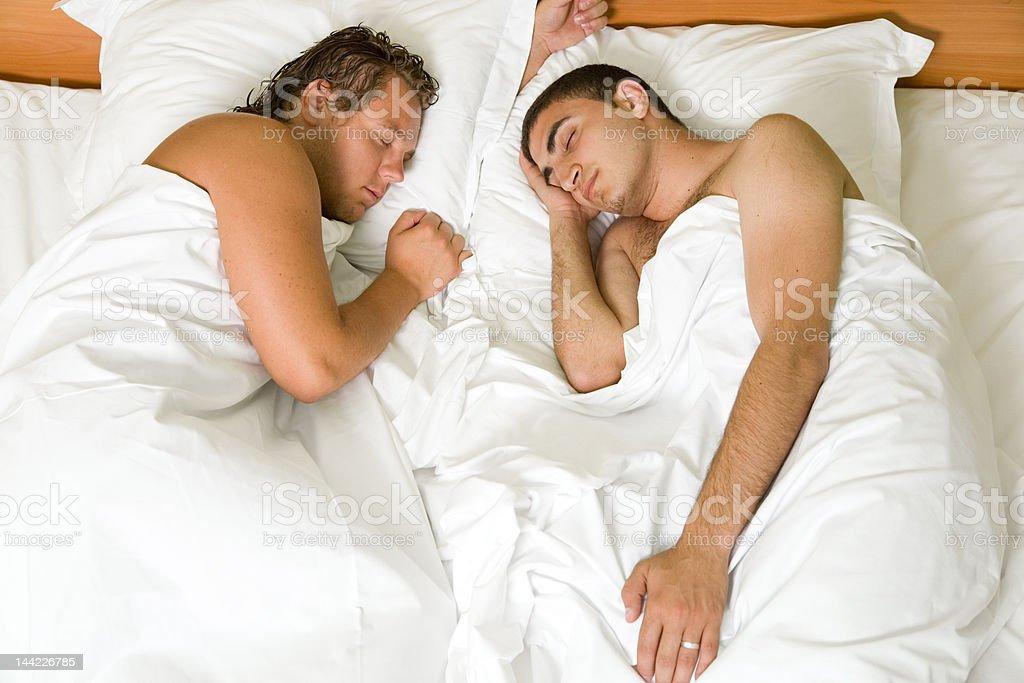 мужчина с двумя женщинами спящие фото