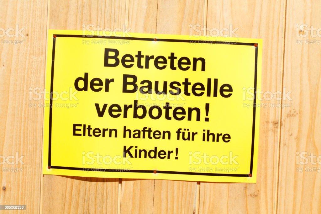 Gelbes Schild Betreten der Baustelle verboten an einem Bauzaun stock photo