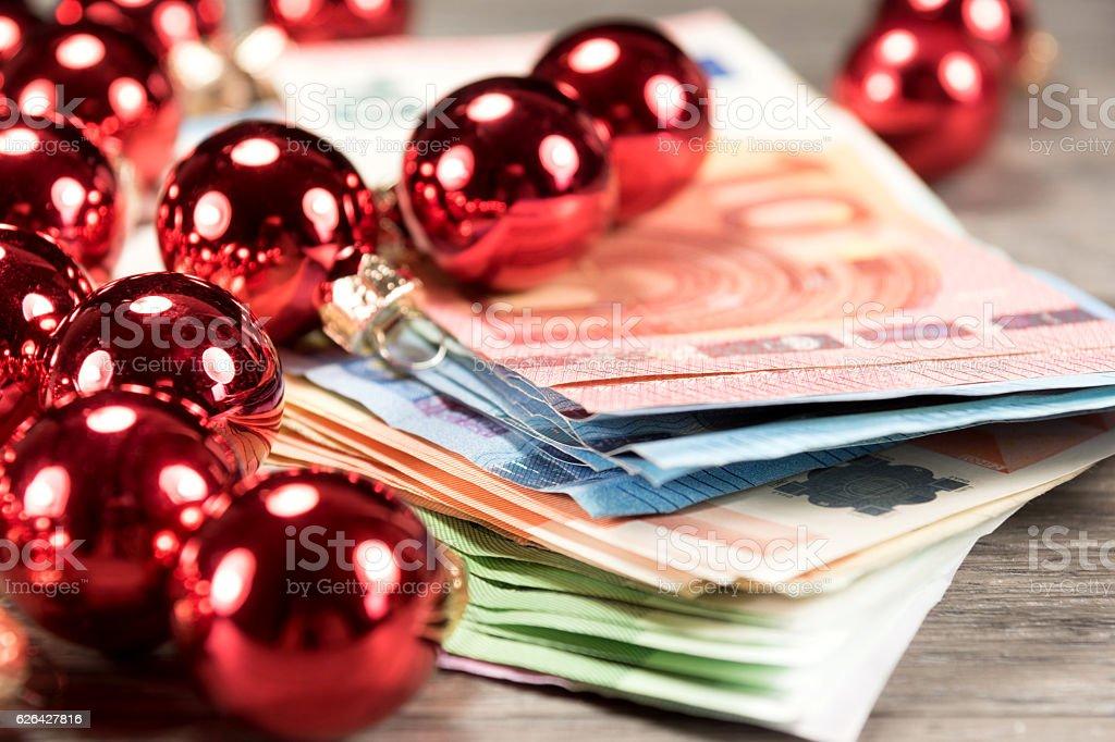Geld und Christbaumkugeln stock photo