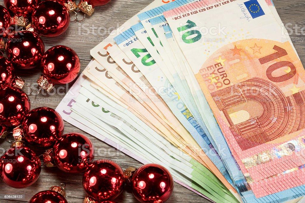 Geld und Weihnachtskugeln stock photo